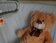 Ošetřovné je dávka, na kterou máte nárok, pokud zůstanete doma pečovat o nemocné dítě nebo jiného člena rodiny.