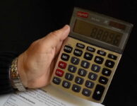 """Osobní bankrot je jiný název pro oddlužení u soudu (insolvenci). Znamená to, že musíte prodat svůj majetek a 3 nebo 5 roků splácet alespoň minimální splátku. Pokud splníte požadované podmínky, bude vám zbytek dluhů """"odpuštěn""""."""