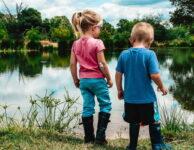 Přídavky na dítě, by se mohly v roce 2021 zvýšit o cca 26% (o 130 – 180 Kč). Zvýšení by se týkalo jak základních, tak i zvýšených přídavků. Mohla by se zvýšit i hranice příjmu, do kterého je nárok na sociální dávky na dítě. Namísto současného 2,7 násobku životního minima, by to mohlo být do 3,4 násobku životního minima. Na přídavky by od 1. 7. 2021 mohlo mít nárok více rodin.